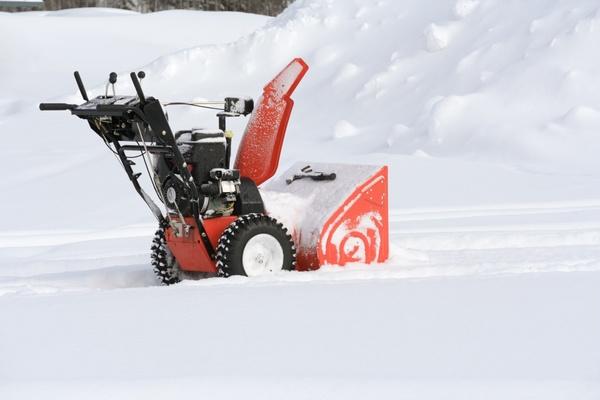 Преимущества снегоуборщиков перед простой лопатой